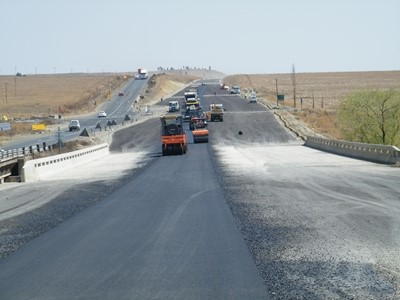 Widening of N5 / Nuwejaarspruit Bridge (B2026): Placing of asphalt surface on bridge deck in progress