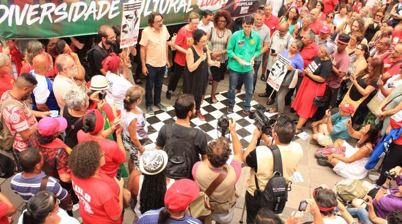 Filósofa Márcia Tiburi fala  em ato na esquina democrática