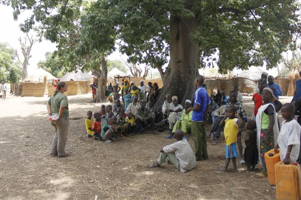 Het afnemen van interviews en het geven van voorlichting aan dorpen in de omgeving van nationale parken.