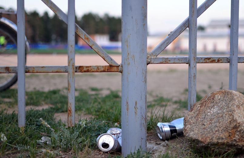 Пивные банки на территории курумканского стадиона