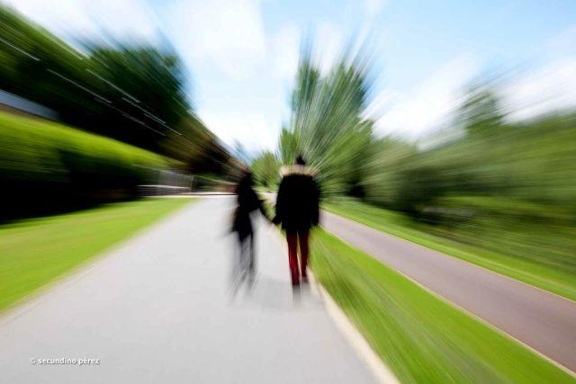 pareja desenfocada camina por la orilla del río Bernesga