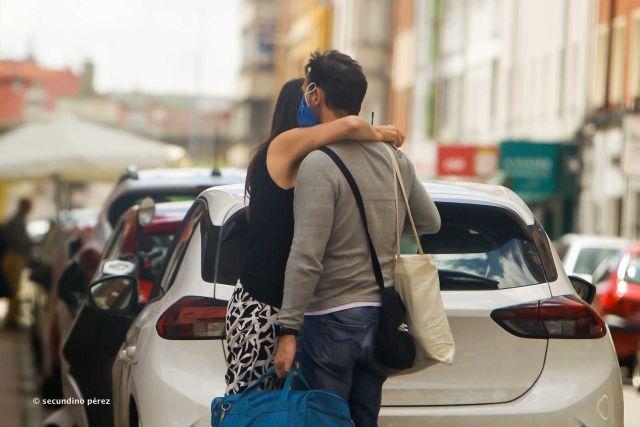 pareja con mascarilla en la calle