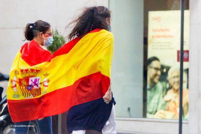 chicas con bandera y mascarilla