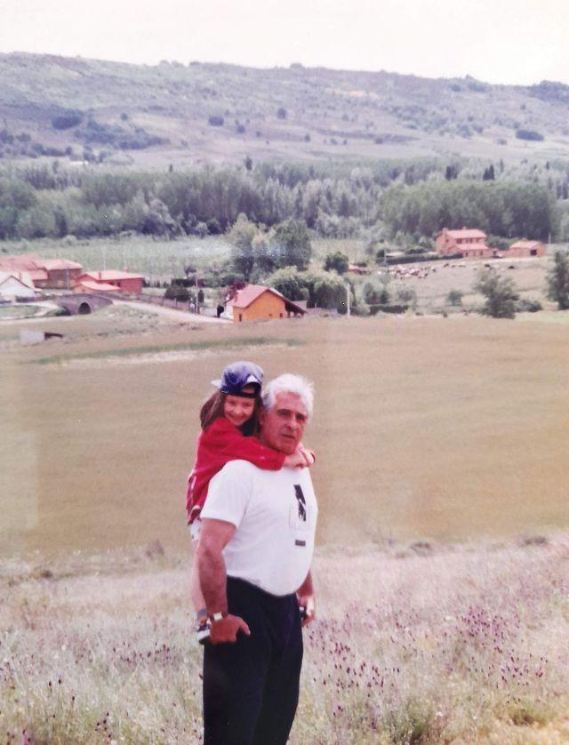 niña de paseo por el campo