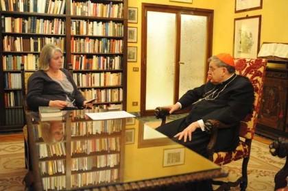 Jeanne Smits, correspondente de Paris do LifeSiteNews, e o Cardeal Raymond Burke.