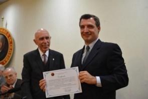Prof. Dr. Ricardo Augusto Felício recebendo do Presidente do Instituto Plinio Corrêa de Oliveira, um certificado por ter participado como palestrante, no Ciclo de Conferências Científicas, realizado em junho de 2015