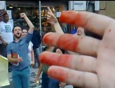 Militantes do lobby homossexual comemoram a agressão feita a jovens católicos que pacifica e ordeiramente faziam campanha em defesa da família tradicional. Veja o vídeo ao final deste post