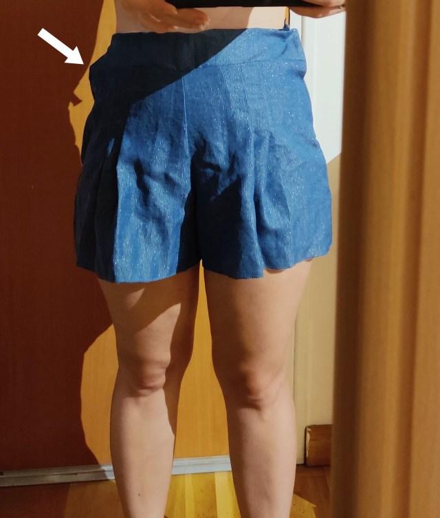 Couture déformée du short à plis creux