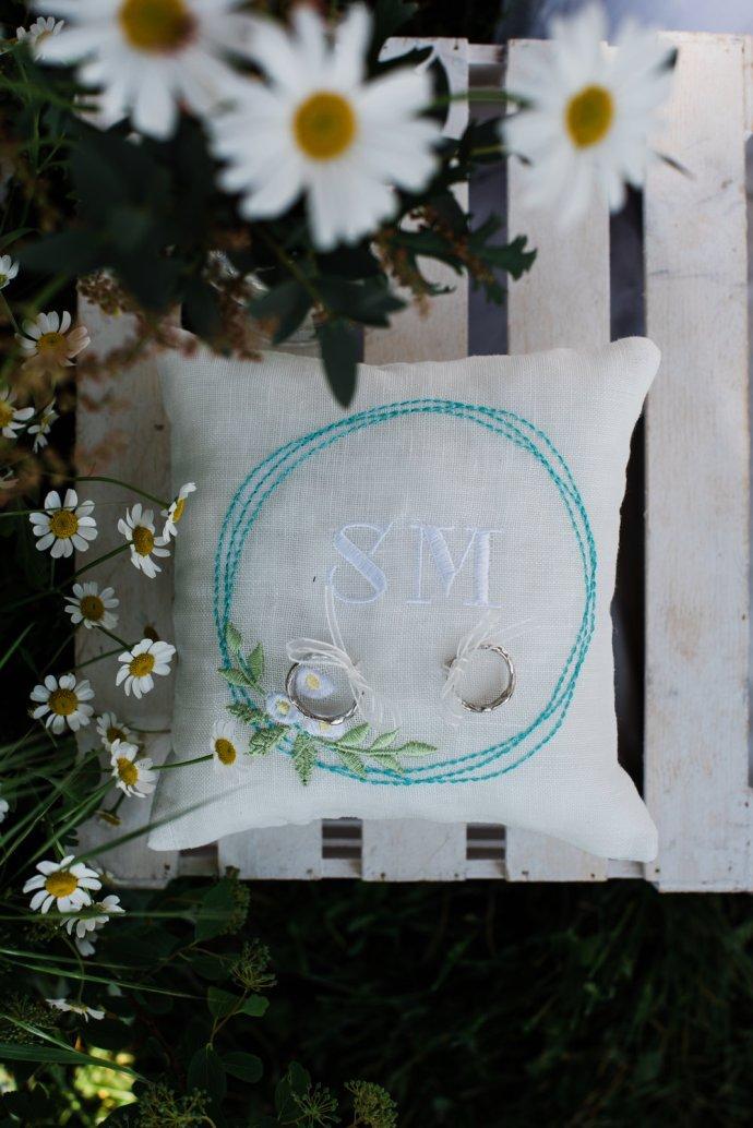 Matrimonio vintage: cuscino e fedi personalizzati