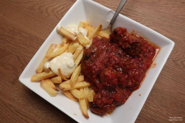 Cevapcici in tomatensaus met frietjes (Le petit requin)