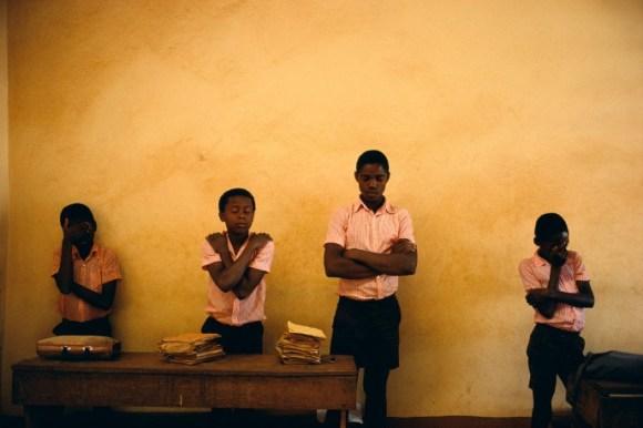4 écoliers ferment les yeux