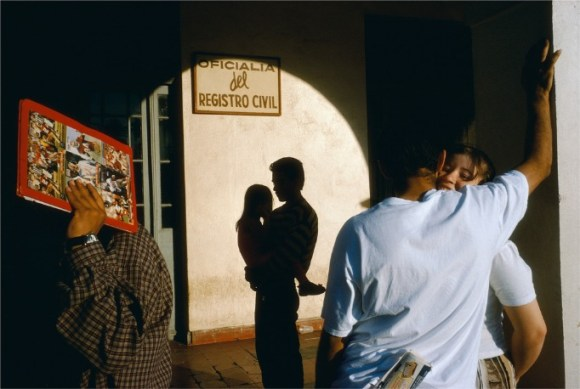 Un couple s'embrasse, un père avec sa fille, un homme avec un livre à la main