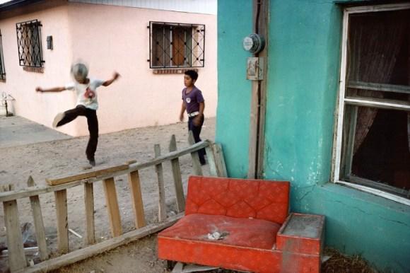 Deux enfants jouant au ballon