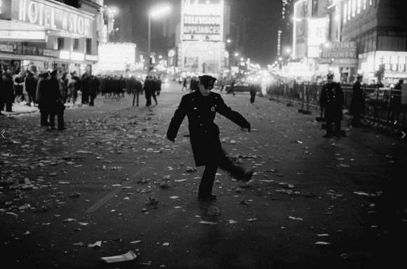 policier au milieu de times square