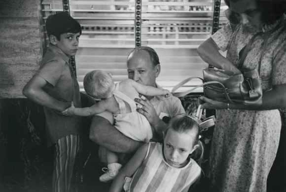 un père entouré de sa famille