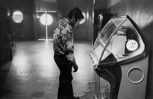 robert frank : homme regardant un jukebox