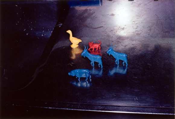 figurines de couleur jaune, bleu et rouge