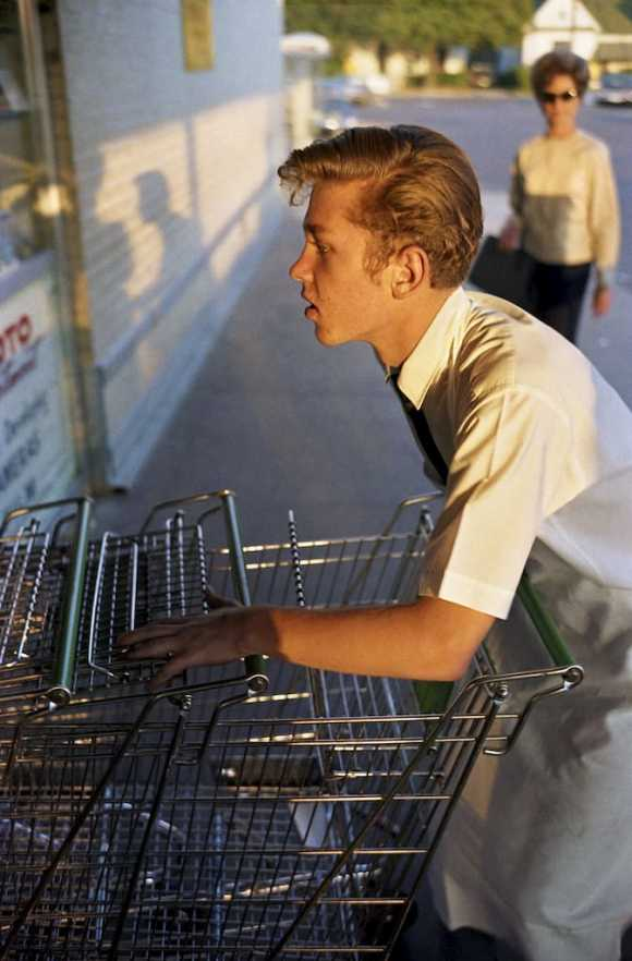 William Eggleston, un gars poussant des chariots de supermarché