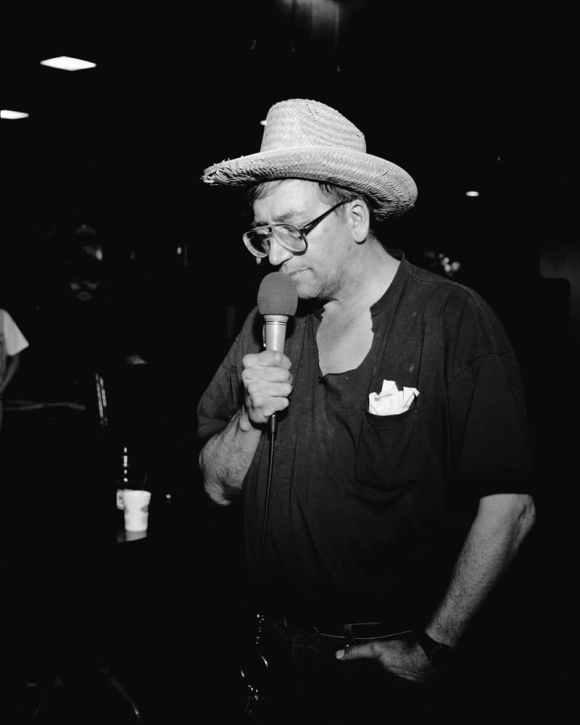 © Alec Soth : un homme dans un karaoké