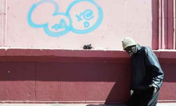 Photo de Khalik Allah : un homme, Frenchie marche dans la rue