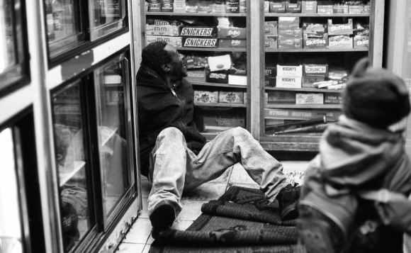Photo de Khalik Allah : un homme est à terre dans une épicerie