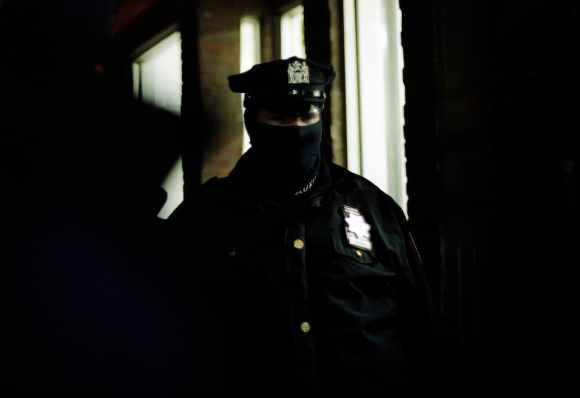 Photo de Khalik Allah : un policier avec un masque