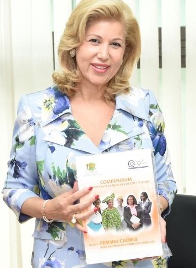 Dame, Dominique Ouattara a reçu  un annuaire des Compétences Féminines de Côte d'Ivoire  TRES B