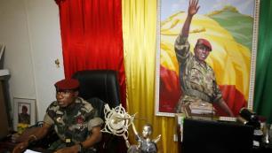 Le capitaine Moussa Dadis Camara, ex-chef de la junte en Guinée, dans son bureau du camp Alpha Yaya à Conakry, le 1er octobre 2009.