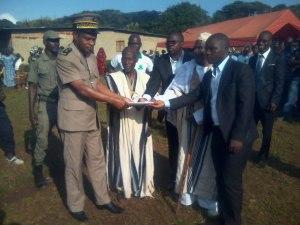 Les deux chefs de Golé au nom des populations remettent la charte au sous préfet de Gbonné (Ph:D. Guegon)