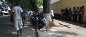 Une vue des fonctionnaires ivoiriens en danger, mardi 8 septembre devant le ministère de la Fonction Publique. Ph.lepointsur.com