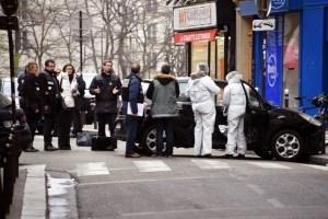 Les-enqueteurs-devant-le-siege-de-charlie-hebdo-cible-d-un-attentat-mercredi-7-janvier-2015.Ph.Dr