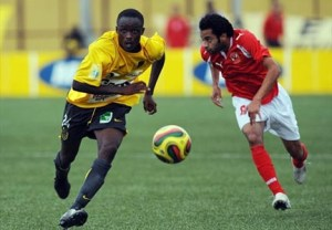 les joueurs de l'Asec Mimosas sont très attendus .ph. Dr; dRKouakou N'doua (L) of Ivorian club ASEC Mimosas vies with Housam Ashour (R) from Egyptian club Al-Ahly, on August 2, 2008 in Abidjan, during an African Champions league group A football match. The score was 0-0. AFP-PHOTO/ KAMBOU SIA