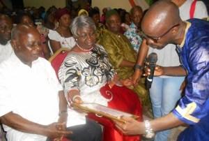 La marraine Hortense Aka Angui recevant un présent des organisateurs.