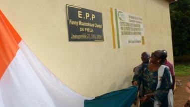 Mme le Maire Chantal Fanny visiblement heureuse de dévoiler la nouvelle dénomination de l'école primaire de Fiela. (Ph: Le Point Sur)