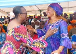 Chaleureuses accolades entre Mmes Nassanaba Touré, Maire d'Odienné et Chantal Moussokoura Fanny, Maire de Kaniasso. (Ph: Le Point Sur)
