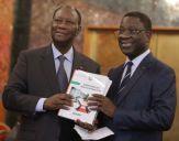 L'Inspecteur énéral d'Etat remettant le rapport d'activités de l'institution au Président de la République.