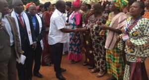 L'Apôtre René Kpan saluant les fidèles de l'EERI lors de la cérémonie du camp de retraite. Ph. Dr