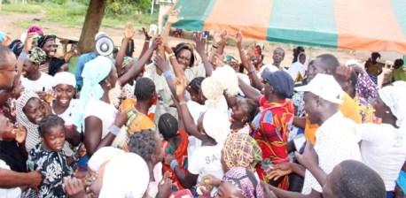 Sincère et fraternelle communion entre la candidate Chantal Fanny et les populations qui soutiennent sa candidature.