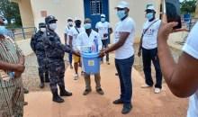 [Caravane de sensibilisation et de solidarité contre la Covid-19] L'ONG l'étoile du Bounkanivisite le poste de police frontière de Koguienou