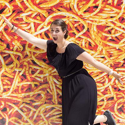spaghettis bolognaise image humouristique bouffe femme qui nage dans la bouffe