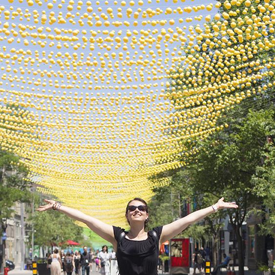 femme heureuse couleur le village Montréal
