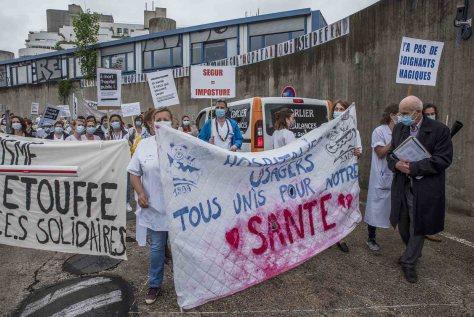 Paris le 4 juin 2020 Manifestation hebdomadaire des personnels hospitaliers devant l'hospital des enfants malades Robert Debré en présence du professeur André Grimaldi  Professeur André Grimaldi en imper noir