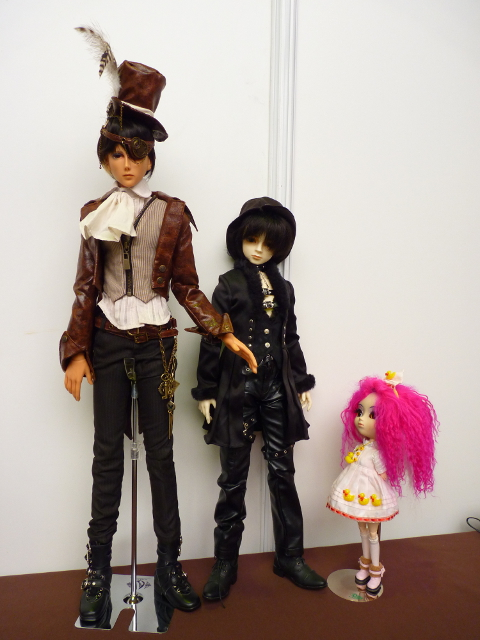 stand jolie doll