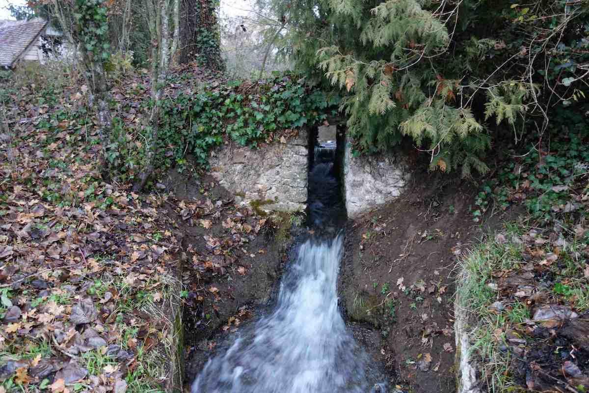 le canal de décharge du moulin