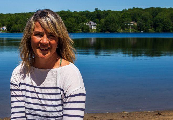 photo Marie Eve Godin avec un lac en arrière plan