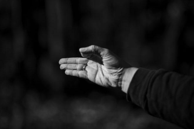Image noir et blanc des mains de Marie-Eve Godin du repaire yoga