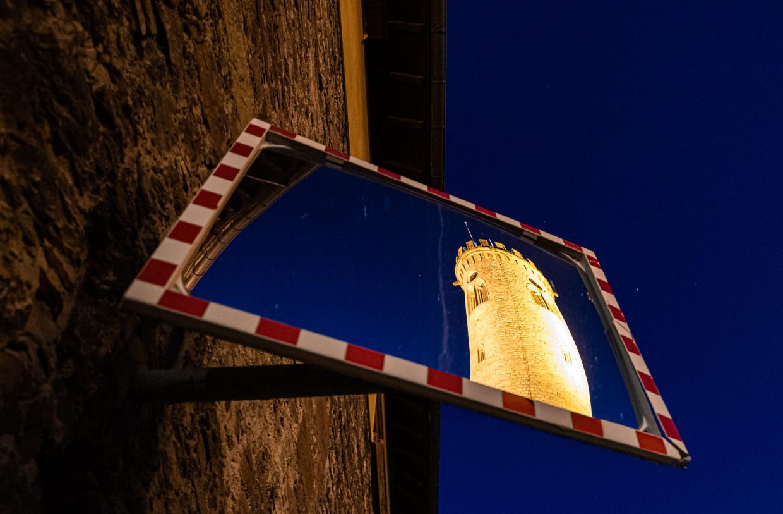 Uhrturm Oppenheim im Spiegel. (Foto: Andreas Lerg)