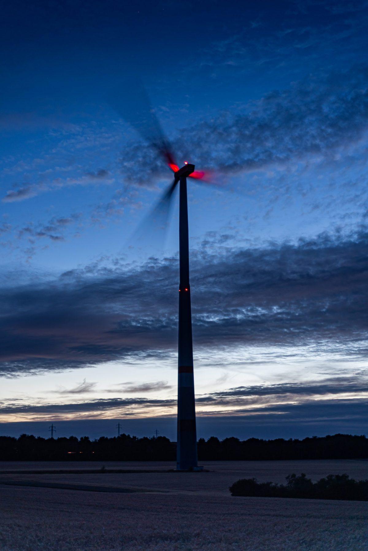 """Das Windrad bei Wörrstadt habe ich gegen das """"Restlicht"""" der untergegangenen Sonne fotografiert. (Foto: Andreas Lerg)"""