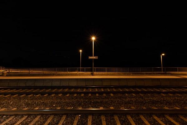Der Bahnhof in Dienheim bei Nacht. (Foto: Andreas Lerg)