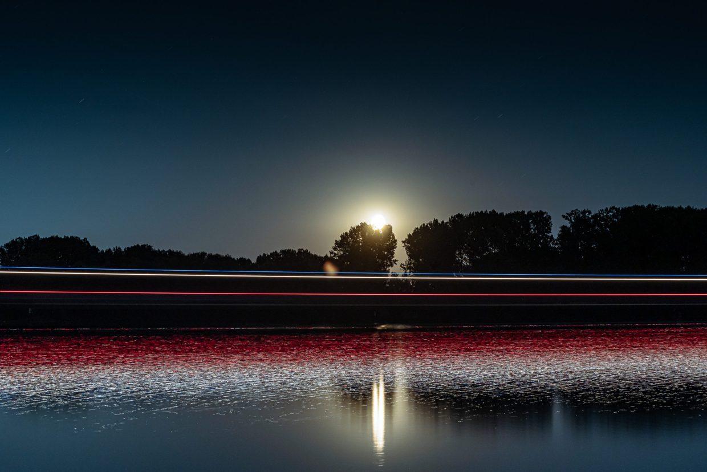 Mond geht auf über dem Rhein bei Oppenheim. (Foto: Andreas Lerg)